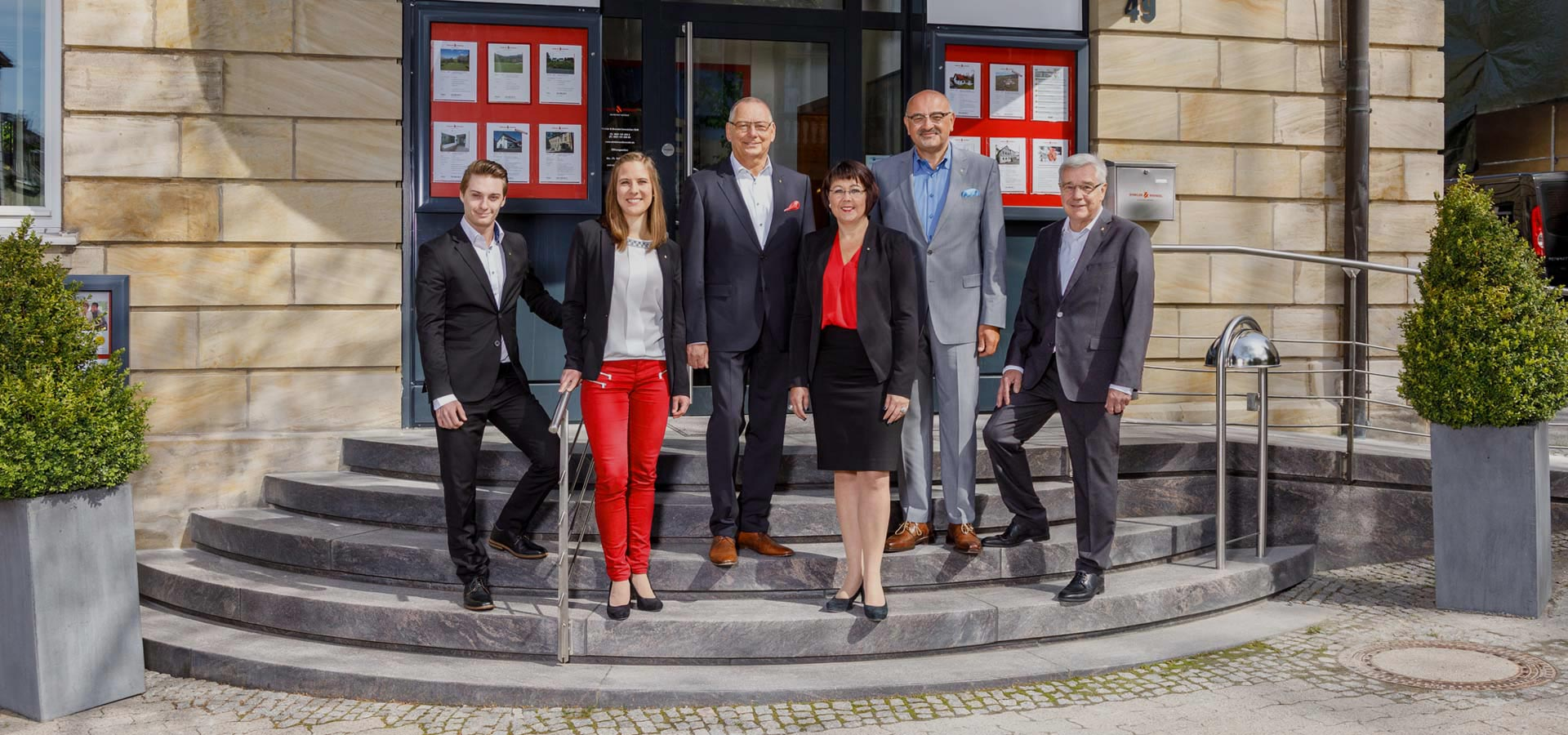 Das Team von Winkler & Brendel Immobilien vor der Geschäftsstelle
